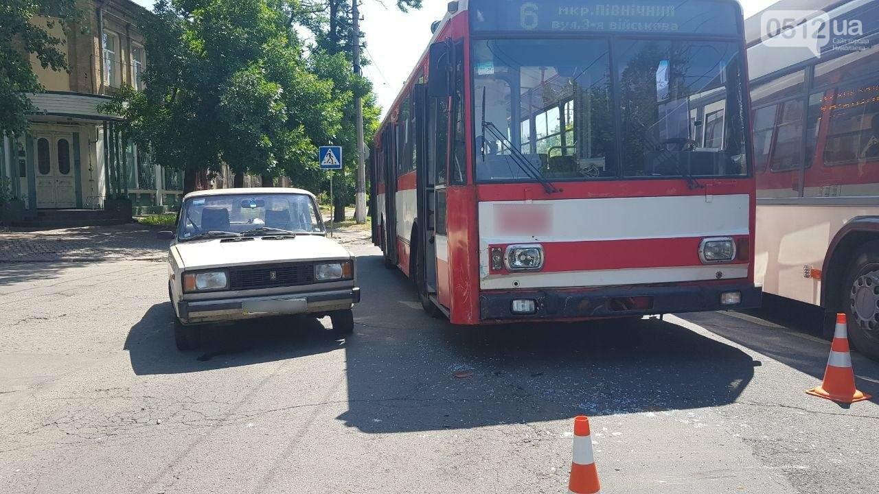 В центре Николаева столкнулись ВАЗ и троллейбус, - ФОТО, ВИДЕО, фото-8
