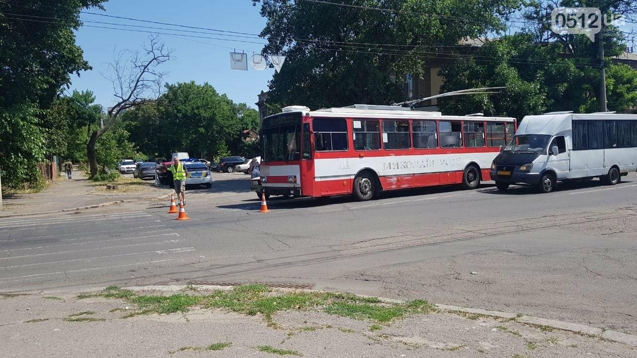 В центре Николаева столкнулись ВАЗ и троллейбус, - ФОТО, ВИДЕО, фото-5