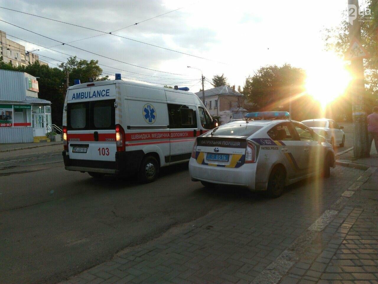 В Николаеве мотоциклист разбил зеркало на автомобиле и скрылся с места ДТП, - ФОТО, фото-1