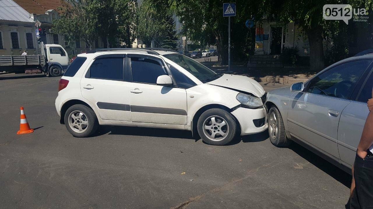 """В Николаеве возле """"Каприки"""" столкнулись две иномарки, - ФОТО, ВИДЕО, фото-4"""