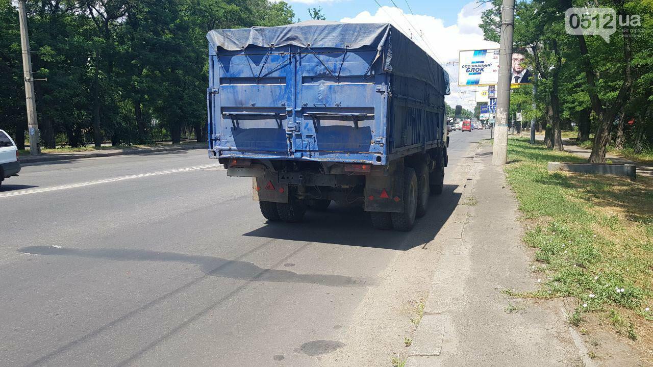 В Николаеве у КамАЗа на ходу отцепился полуприцеп и съехал на тротуар, - ФОТО, ВИДЕО, фото-8