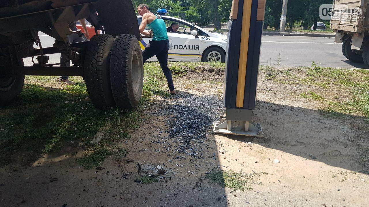 В Николаеве у КамАЗа на ходу отцепился полуприцеп и съехал на тротуар, - ФОТО, ВИДЕО, фото-10