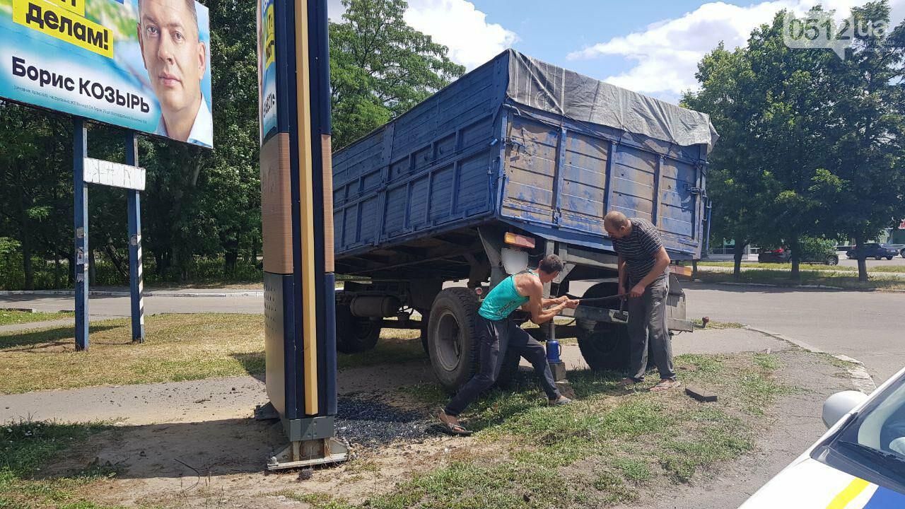 В Николаеве у КамАЗа на ходу отцепился полуприцеп и съехал на тротуар, - ФОТО, ВИДЕО, фото-9