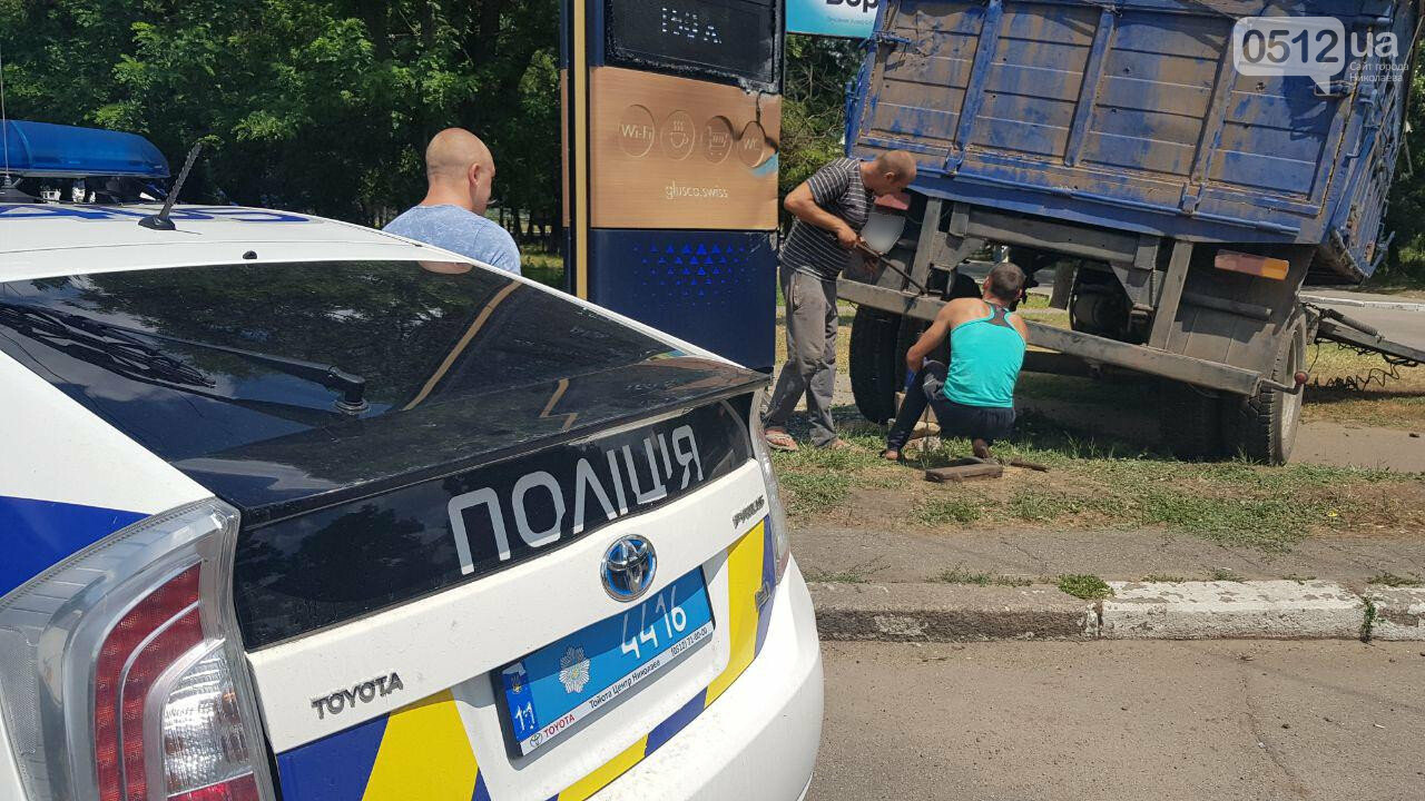 В Николаеве у КамАЗа на ходу отцепился полуприцеп и съехал на тротуар, - ФОТО, ВИДЕО, фото-4