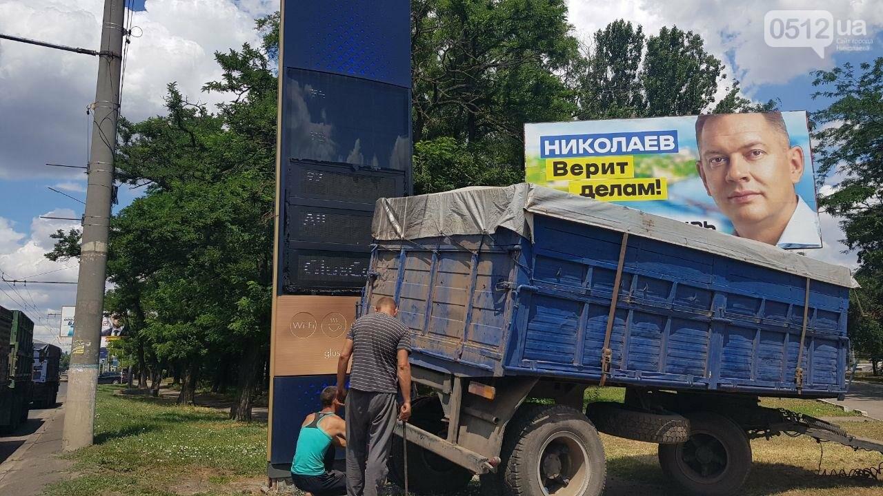 В Николаеве у КамАЗа на ходу отцепился полуприцеп и съехал на тротуар, - ФОТО, ВИДЕО, фото-11