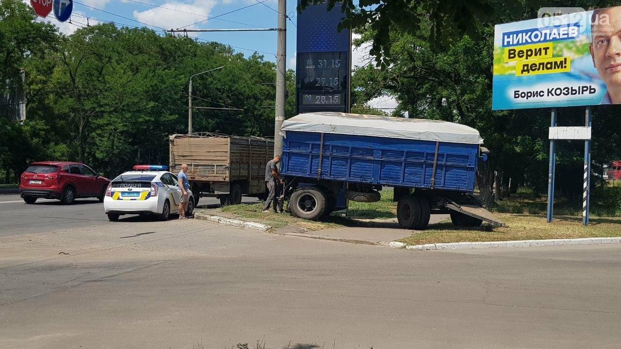 В Николаеве у КамАЗа на ходу отцепился полуприцеп и съехал на тротуар, - ФОТО, ВИДЕО, фото-6