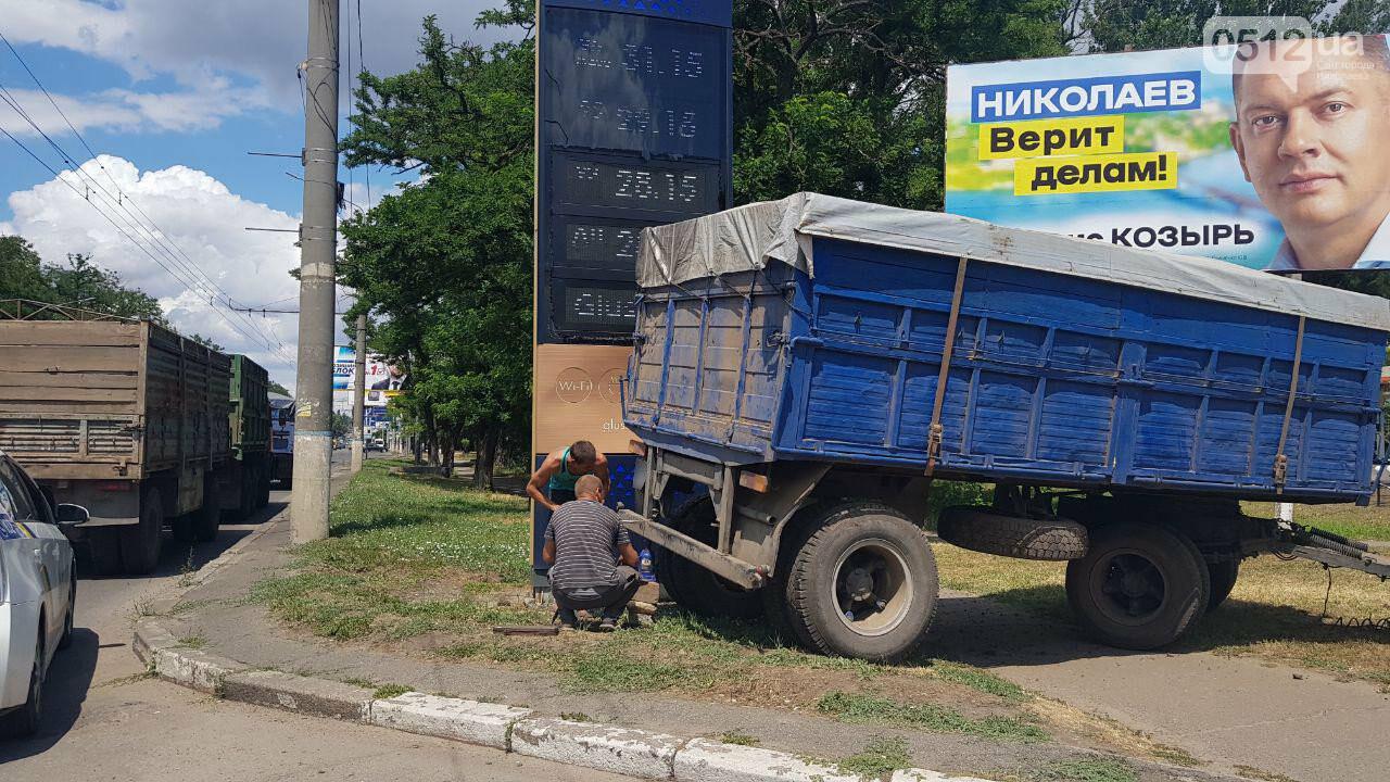 В Николаеве у КамАЗа на ходу отцепился полуприцеп и съехал на тротуар, - ФОТО, ВИДЕО, фото-3