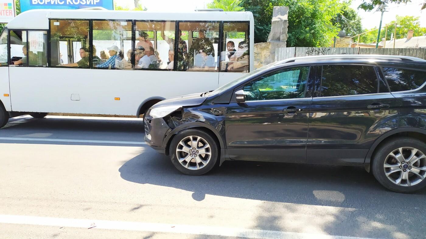В центре Николаева столкнулись ВАЗ и Ford - образовалась большая пробка, - ФОТО, ВИДЕО, фото-5