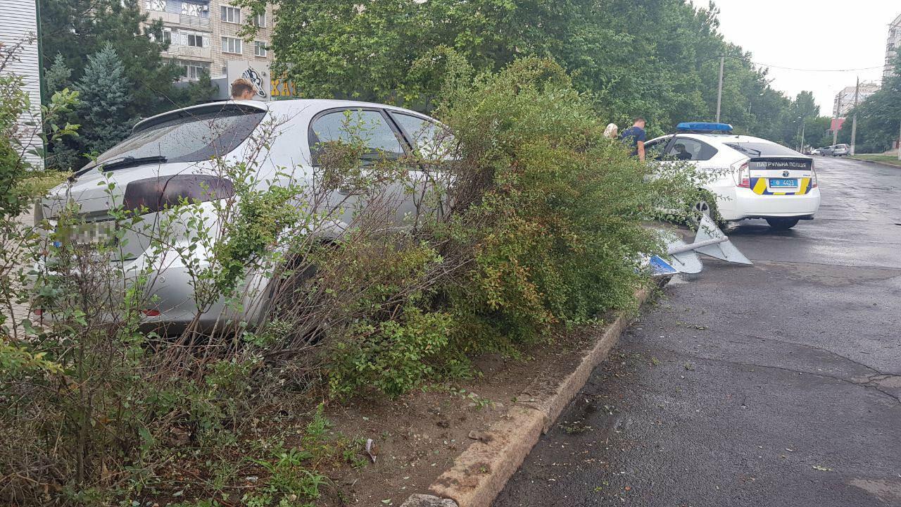 В центре Николаева иномарка, сбив дорожный знак, вылетела на клумбу, - ФОТО, ВИДЕО, фото-1