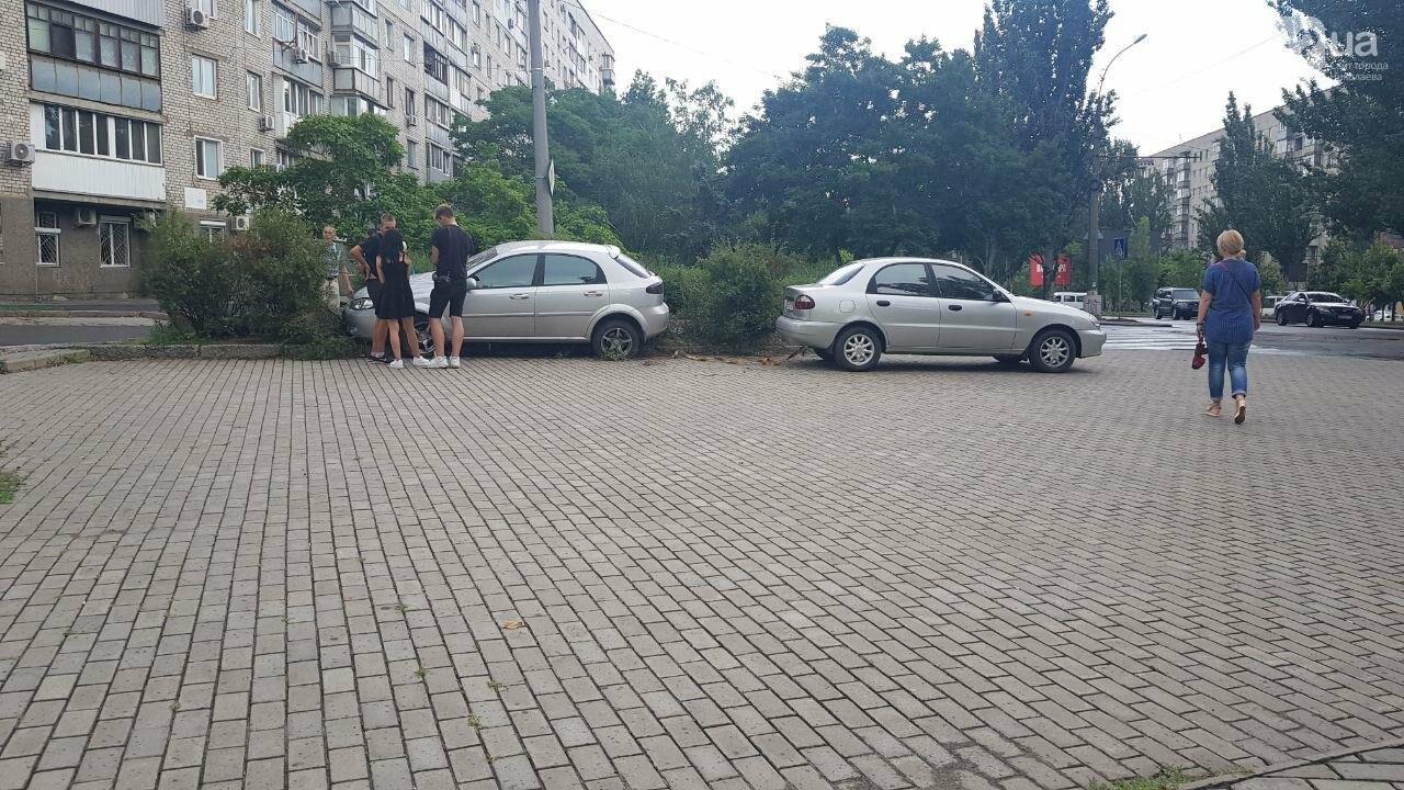 В центре Николаева иномарка, сбив дорожный знак, вылетела на клумбу, - ФОТО, ВИДЕО, фото-6