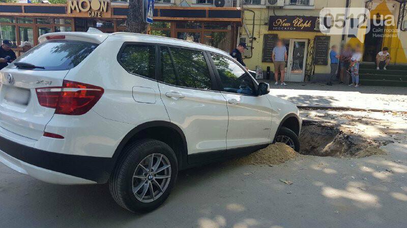 В центре Николаева автомобиль провалился в яму, - ФОТО, ВИДЕО, фото-1