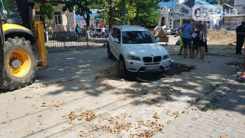 В центре Николаева автомобиль провалился в яму, - ФОТО, ВИДЕО, фото-6