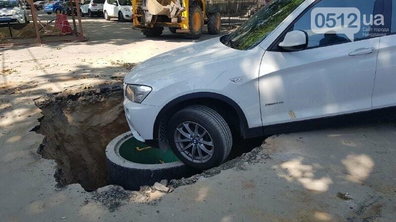 В центре Николаева автомобиль провалился в яму, - ФОТО, ВИДЕО, фото-5