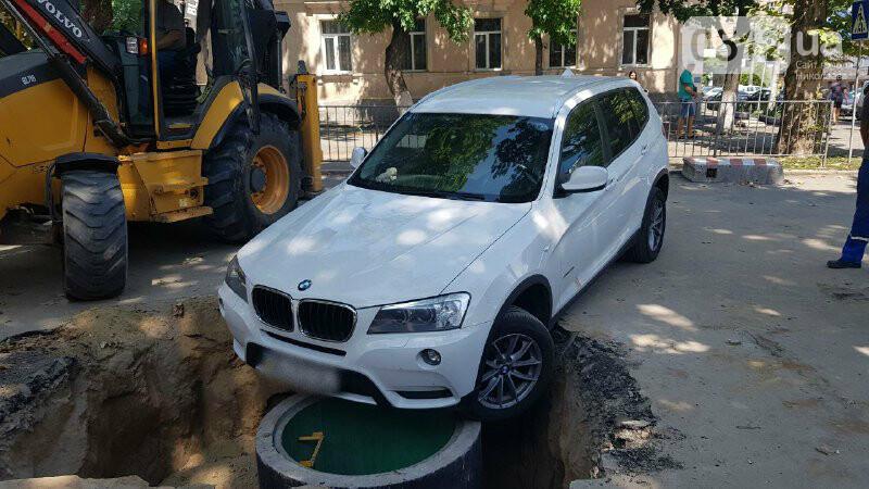 В центре Николаева автомобиль провалился в яму, - ФОТО, ВИДЕО, фото-4