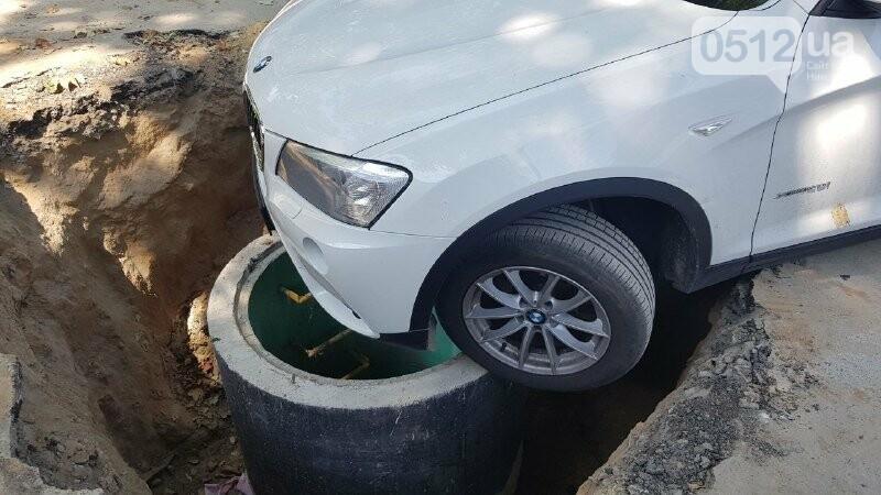 В центре Николаева автомобиль провалился в яму, - ФОТО, ВИДЕО, фото-8