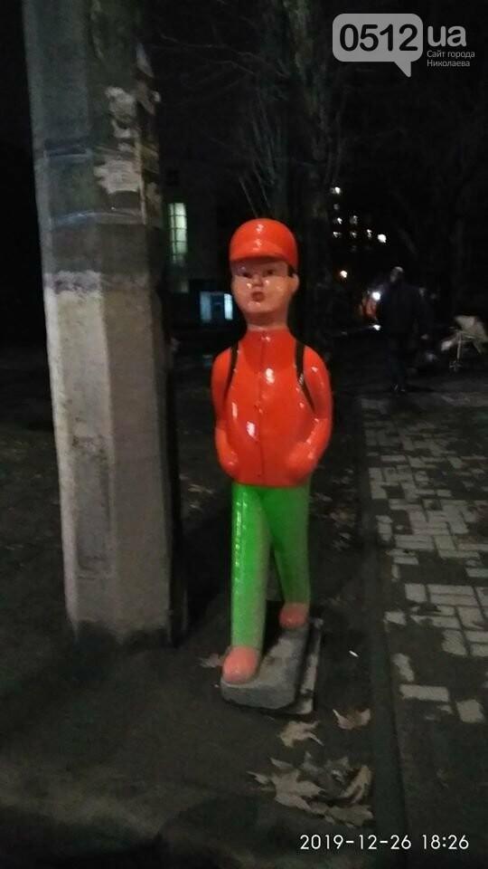 """""""Надолго ли?"""": в Николаеве пытались похитить фигуры мальчиков, установленных на переходах, фото-1"""