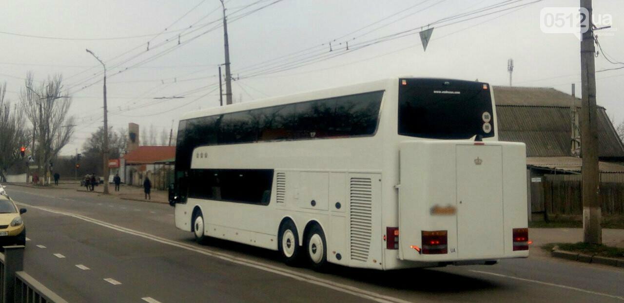 """В Николаеве столкнулись автобус и """"Renault"""", - ФОТО , фото-1"""