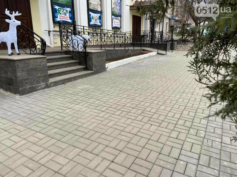 В Николаеве возле Кукольного театра устелили плиткой еще один тротуар, фото-3
