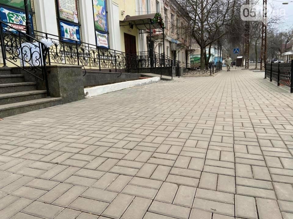 В Николаеве возле Кукольного театра устелили плиткой еще один тротуар, фото-1