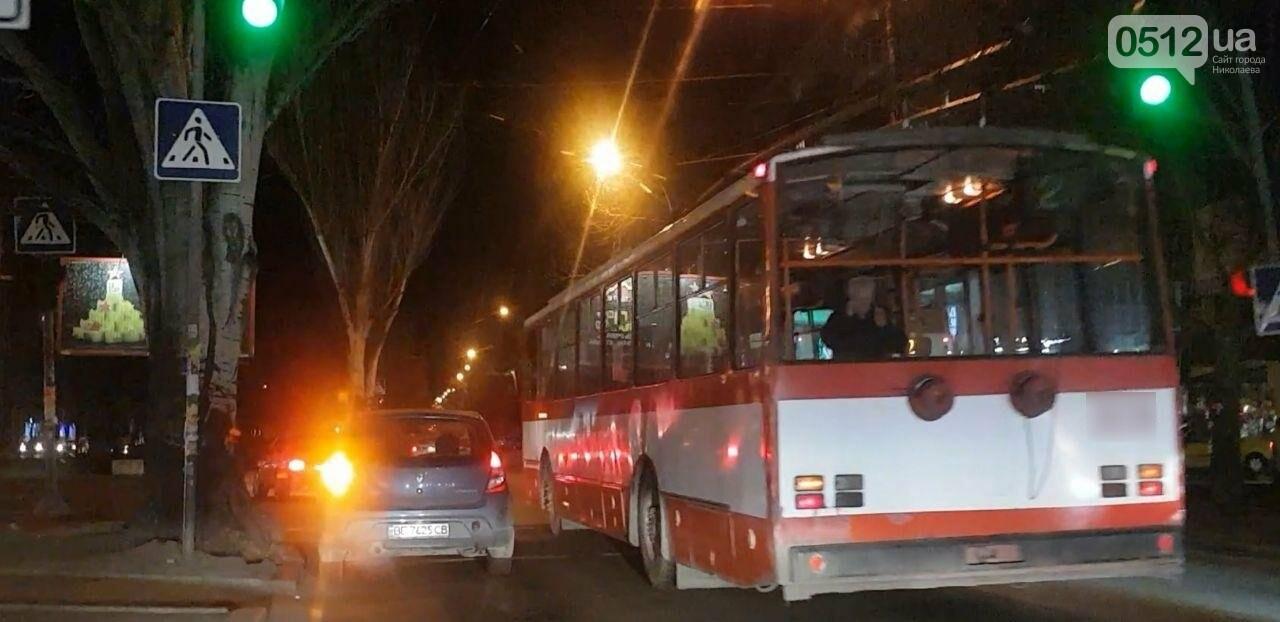 В центре Николаева троллейбус врезался в автомобиль Lada, - ФОТО, фото-3