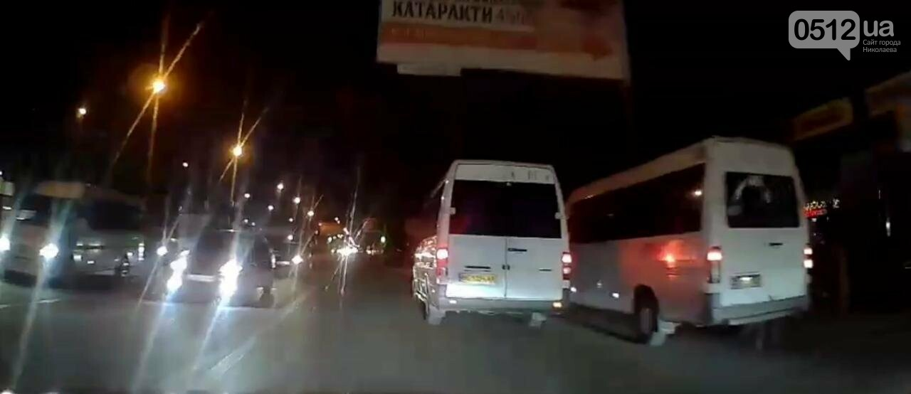 Водители николаевских маршруток едва не столкнулись в гонке за пассажиром, - ВИДЕО, фото-1