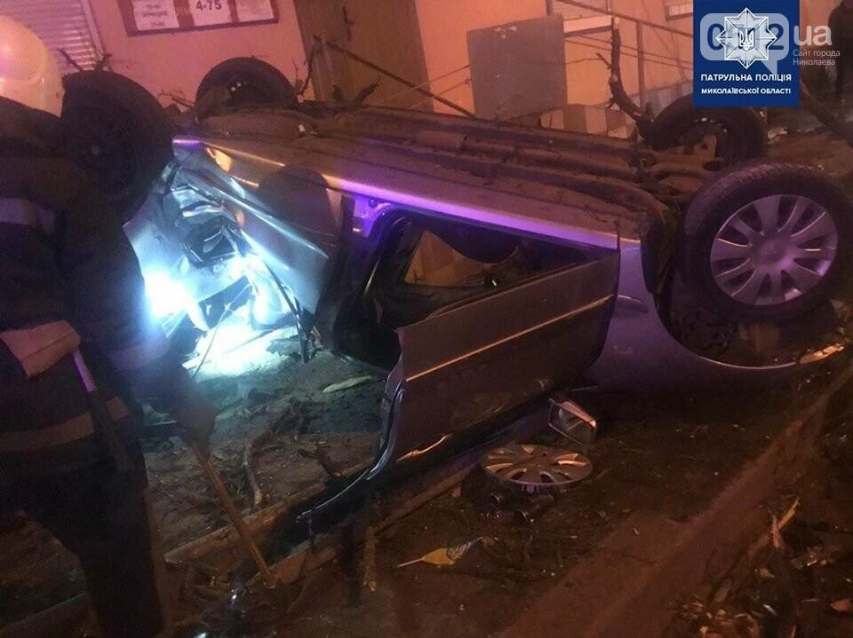 В Николаеве пьяный водитель на полной скорости снес дерево и перевернул авто, фото-4