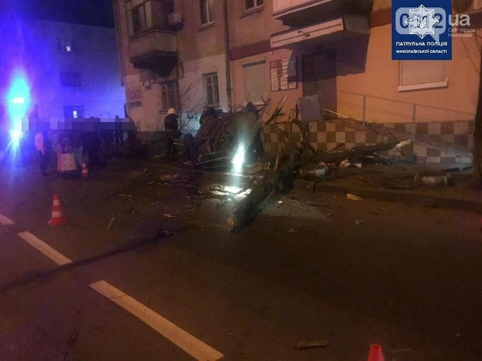 В Николаеве пьяный водитель на полной скорости снес дерево и перевернул авто, фото-2