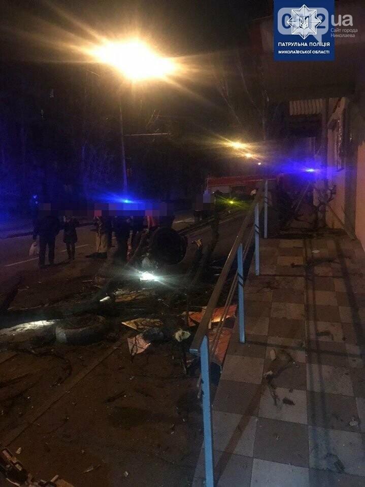 В Николаеве пьяный водитель на полной скорости снес дерево и перевернул авто, фото-1