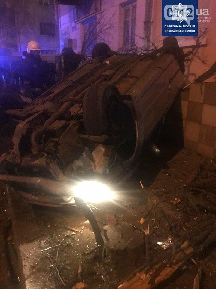 В Николаеве пьяный водитель на полной скорости снес дерево и перевернул авто, фото-3
