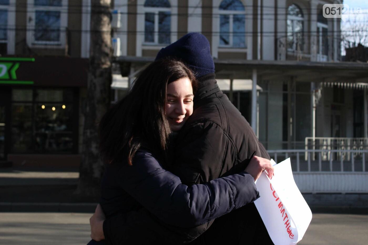 Всемирный день объятий: николаевские журналисты решили порадовать случайных прохожих, - ФОТО, фото-8