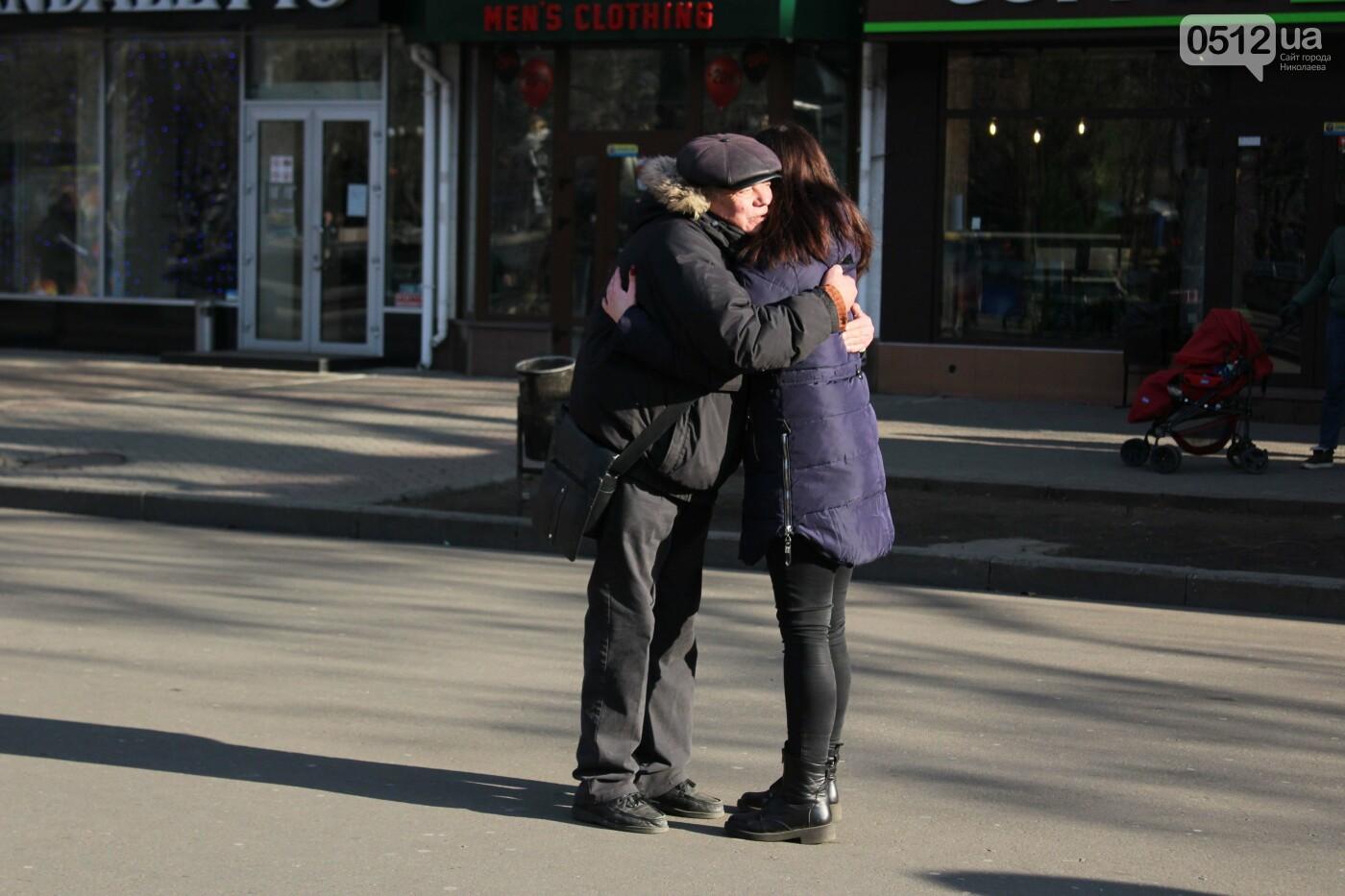 Всемирный день объятий: николаевские журналисты решили порадовать случайных прохожих, - ФОТО, фото-14