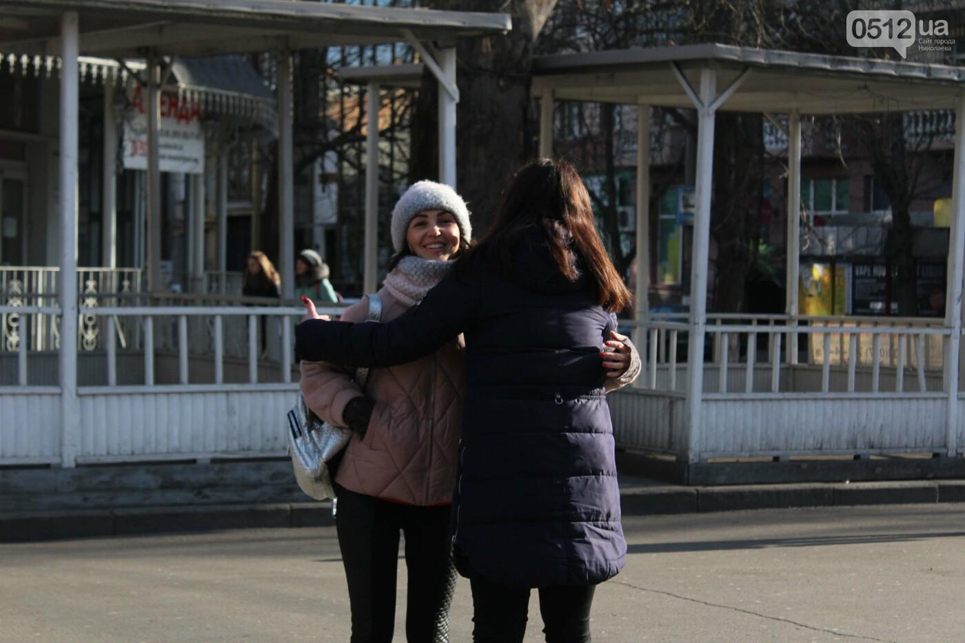Всемирный день объятий: николаевские журналисты решили порадовать случайных прохожих, - ФОТО, фото-13