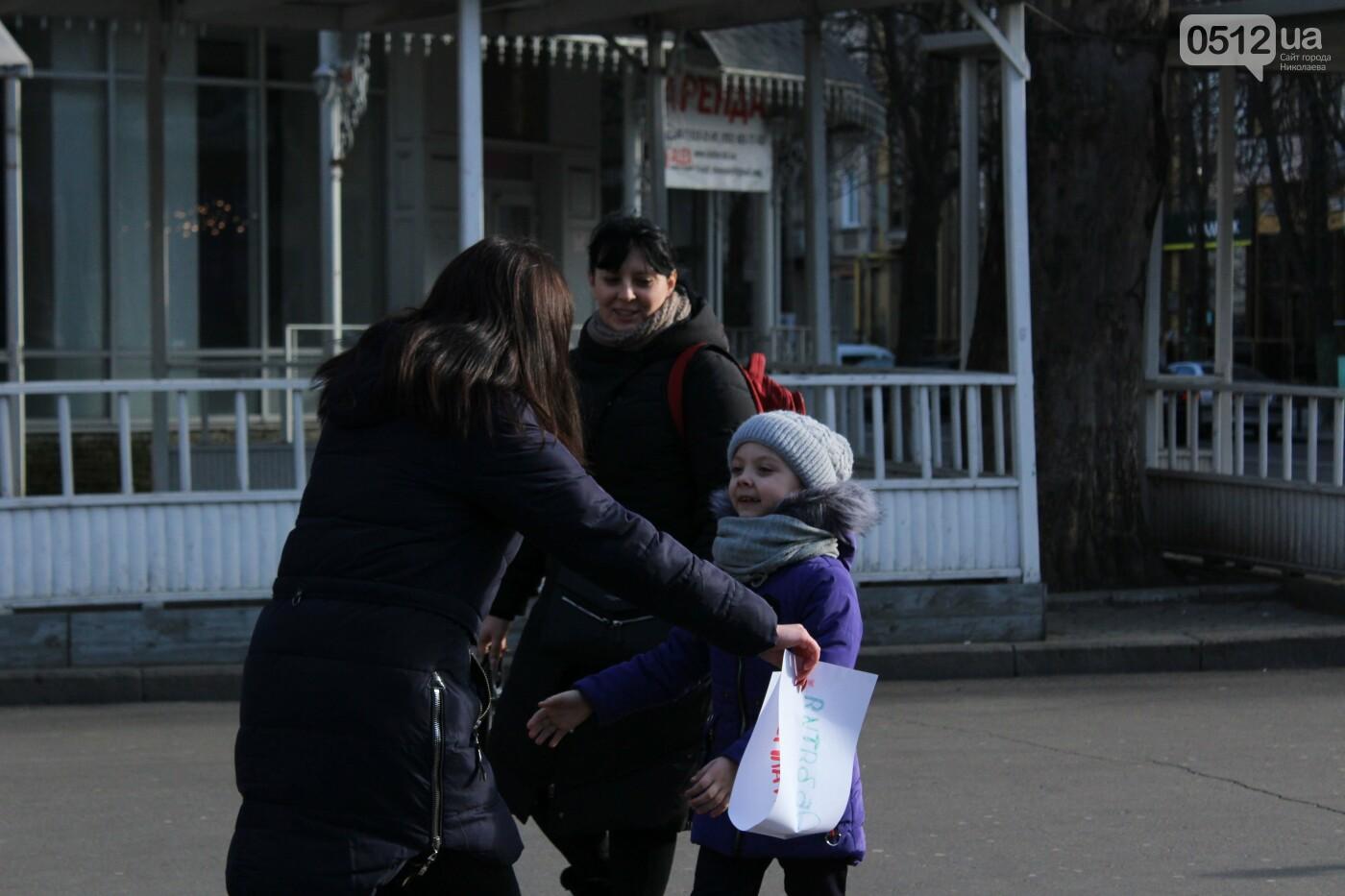 Всемирный день объятий: николаевские журналисты решили порадовать случайных прохожих, - ФОТО, фото-19
