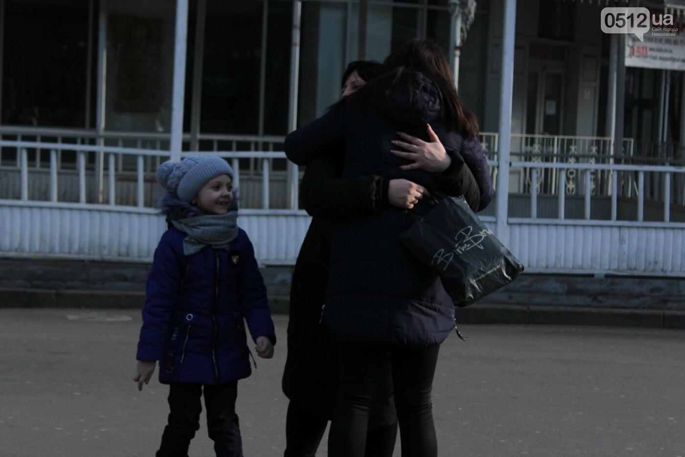 Всемирный день объятий: николаевские журналисты решили порадовать случайных прохожих, - ФОТО, фото-20
