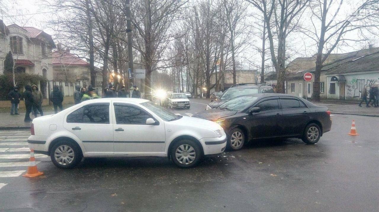 В центре Николаева на перекрестке столкнулись три автомобиля, - ФОТО, фото-1