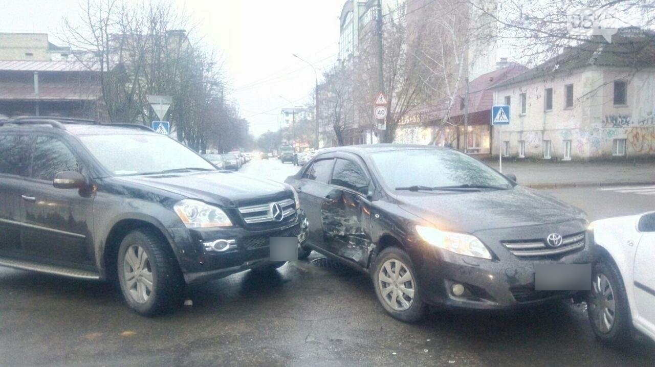 В центре Николаева на перекрестке столкнулись три автомобиля, - ФОТО, фото-3