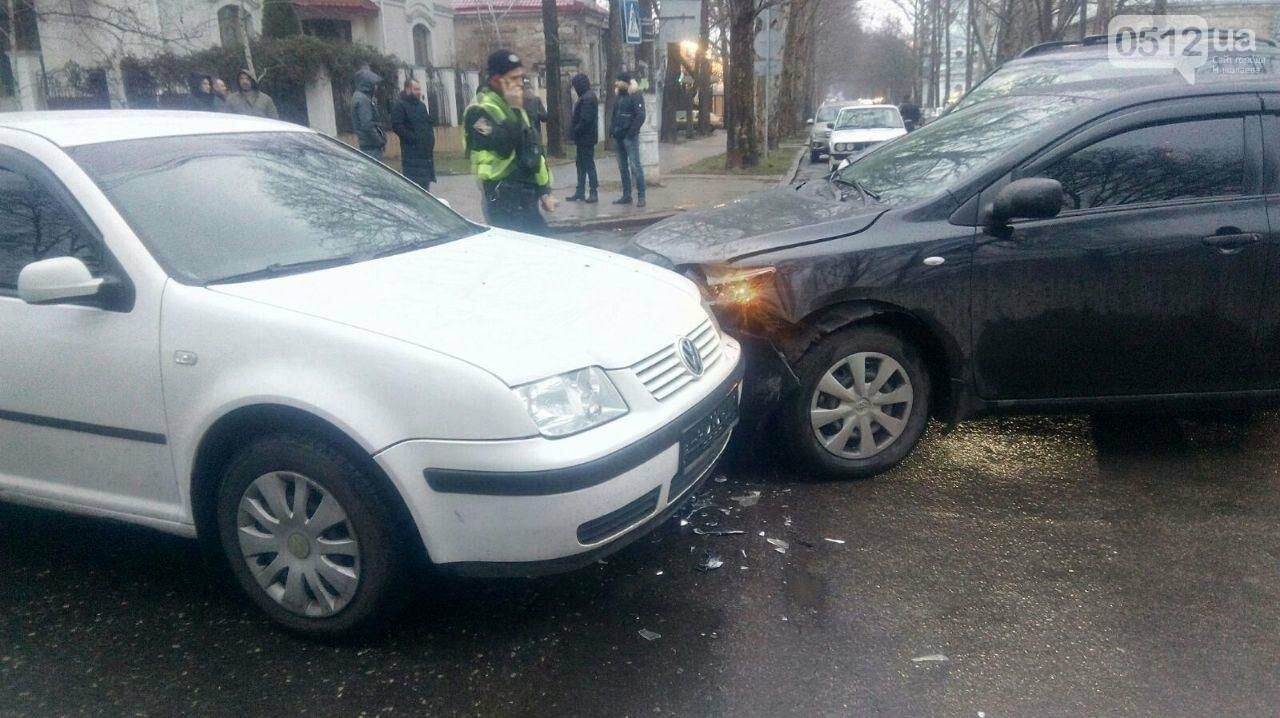 В центре Николаева на перекрестке столкнулись три автомобиля, - ФОТО, фото-4