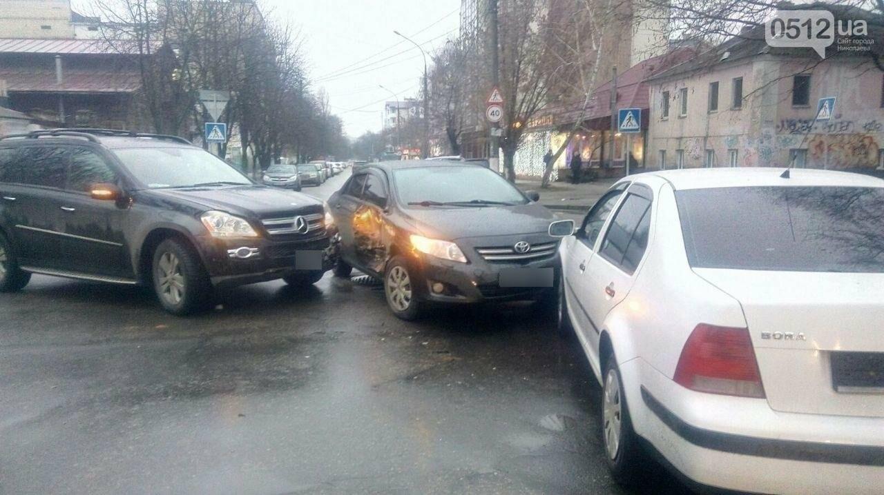 В центре Николаева на перекрестке столкнулись три автомобиля, - ФОТО, фото-5