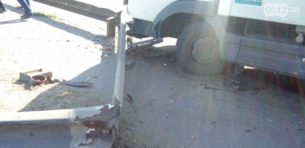 В Николаеве на мосту грузовик врезался в отбойник, - ФОТО , фото-3