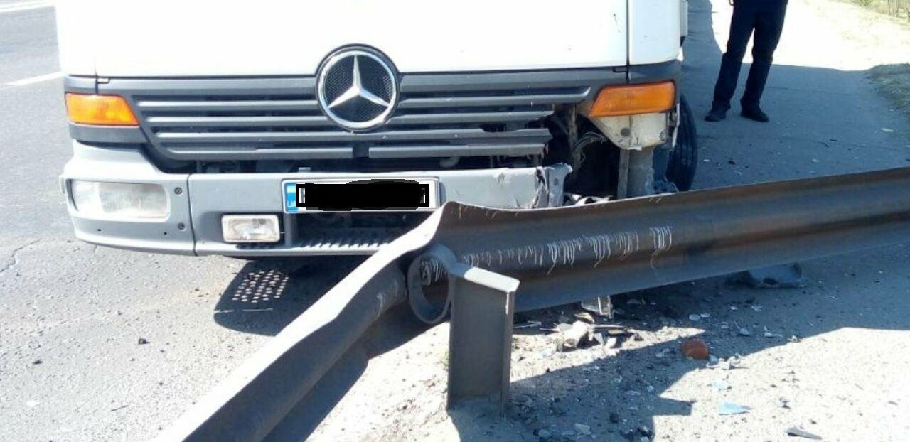 В Николаеве на мосту грузовик врезался в отбойник, - ФОТО , фото-4