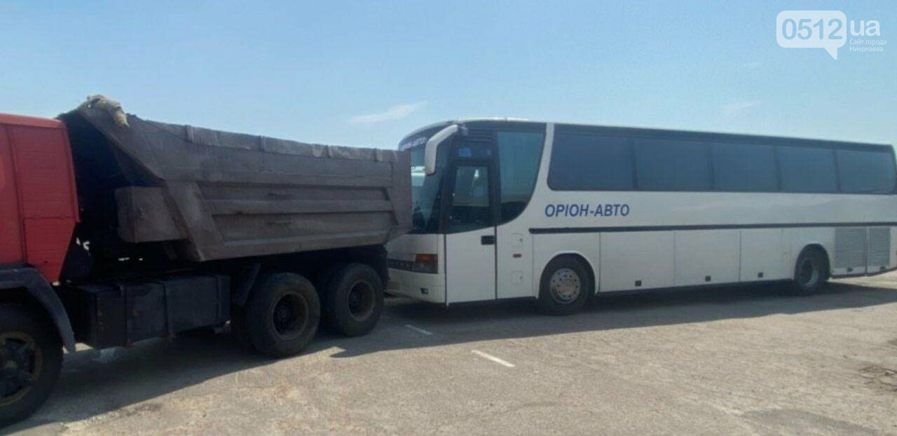 """В Николаеве на территории """"Орион-Авто"""" автобус врезался в КамАз, - ФОТО, фото-2"""