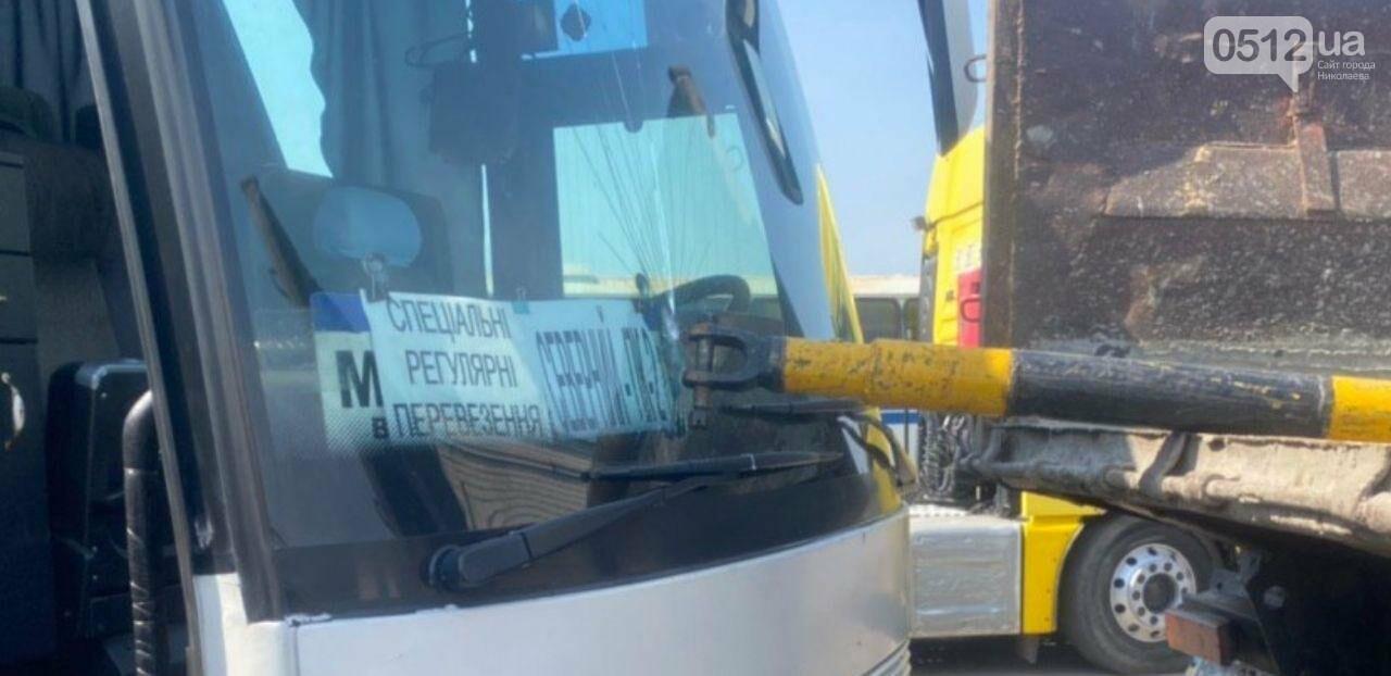 """В Николаеве на территории """"Орион-Авто"""" автобус врезался в КамАз, - ФОТО, фото-5"""