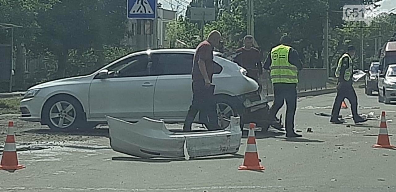 В Николаеве грузовик на полном ходу снес Volkswagen, - ФОТО, фото-1