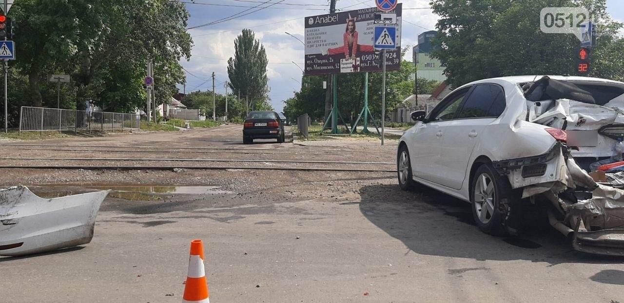 В Николаеве грузовик на полном ходу снес Volkswagen, - ФОТО, фото-3