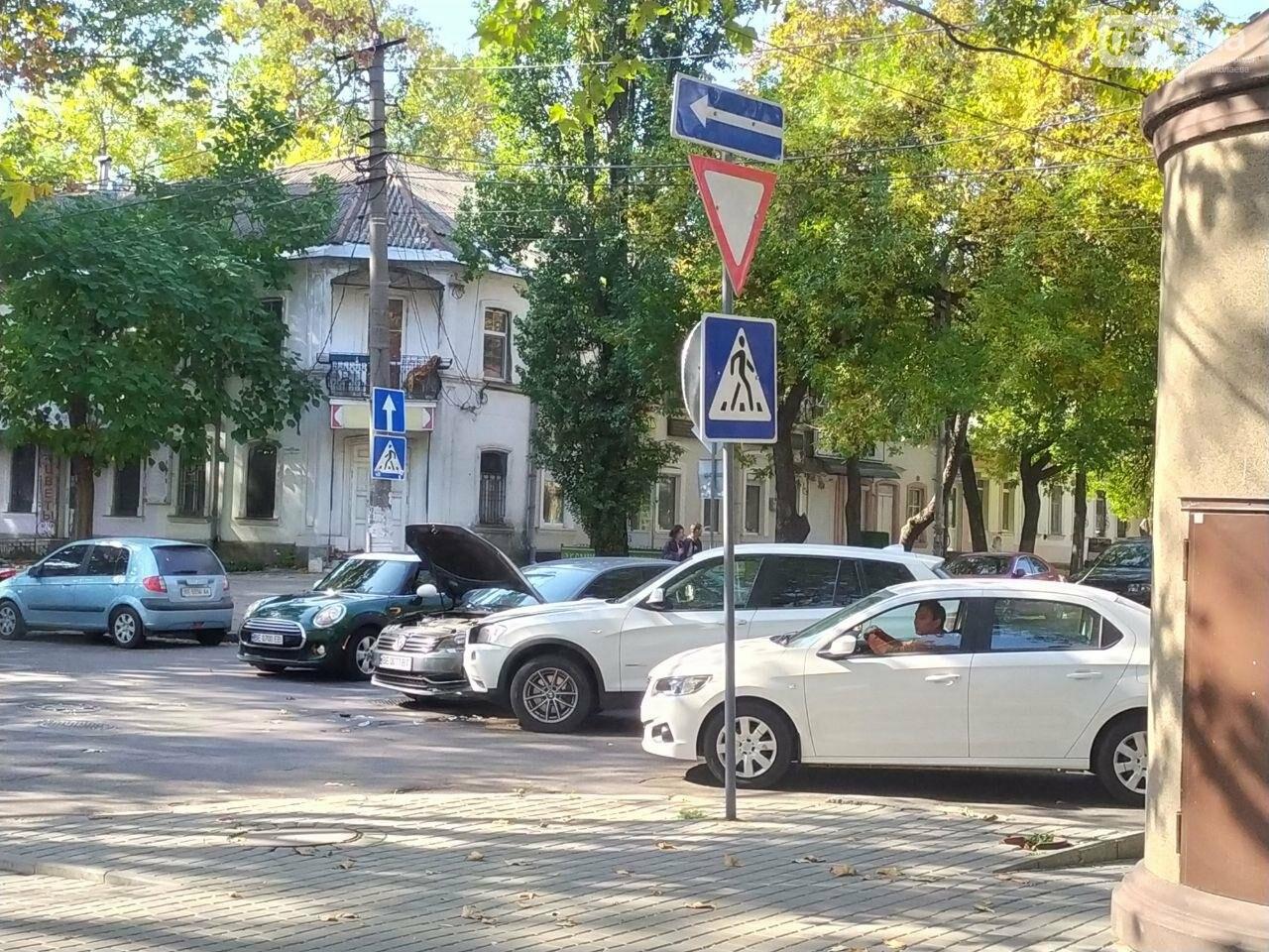 В центре Николаева столкнулись две иномарки: движение затруднено, - ФОТО, фото-2