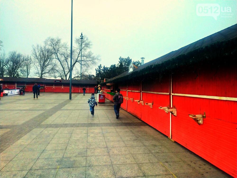 """Карантин зимних каникул"": на главной площади Николаева собирают аттракционы и не работает ярмарка, - ФОТО, фото-2"