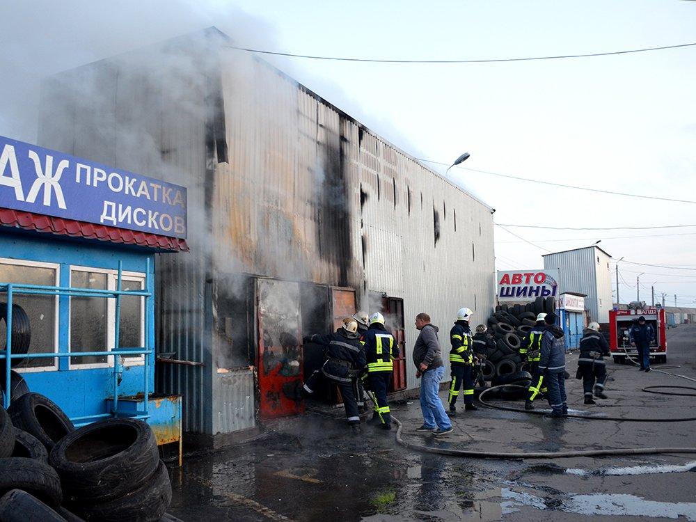 В Николаеве спасатели тушили масштабный пожар в помещении шиномонтажа, - ФОТО, фото-1