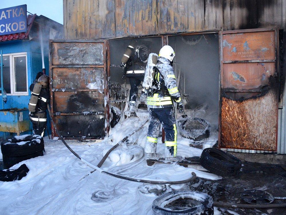 В Николаеве спасатели тушили масштабный пожар в помещении шиномонтажа, - ФОТО, фото-4