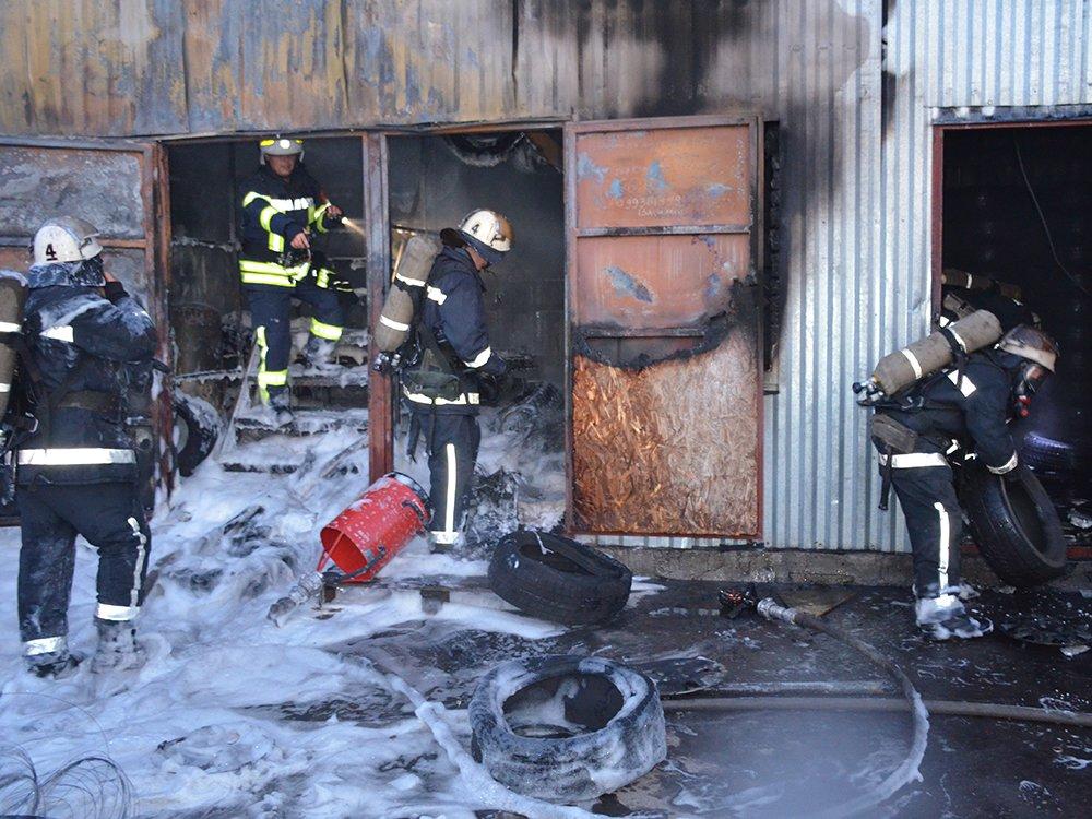 В Николаеве спасатели тушили масштабный пожар в помещении шиномонтажа, - ФОТО, фото-5