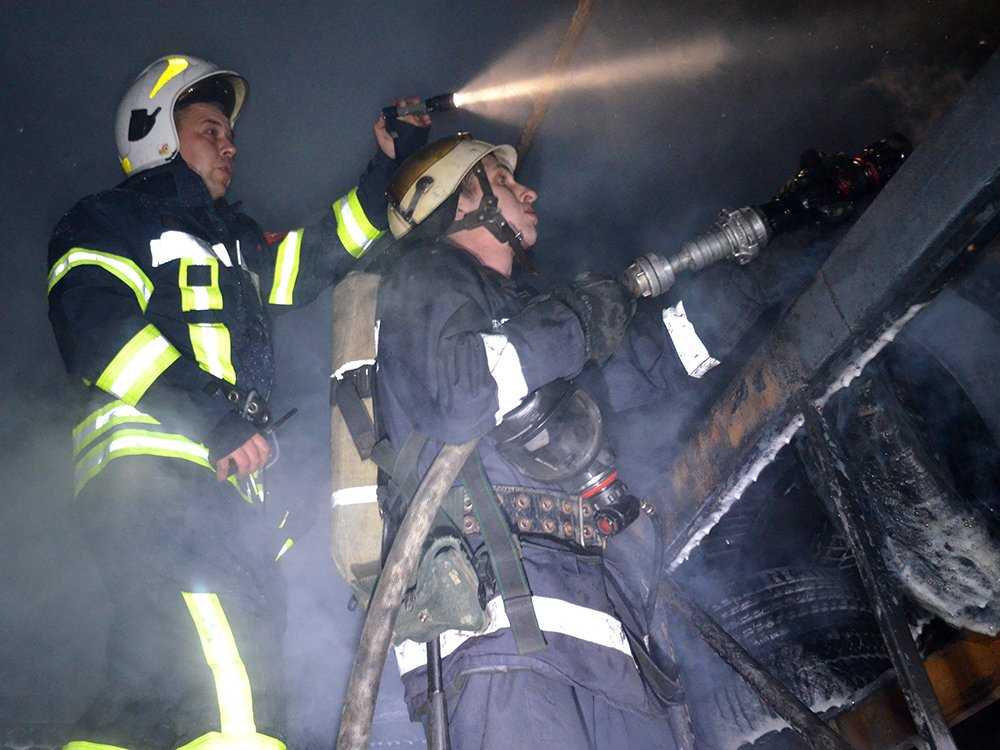 В Николаеве спасатели тушили масштабный пожар в помещении шиномонтажа, - ФОТО, фото-2